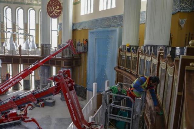Taksim'de yapımı devam eden caminin 12 metre çapındaki dev avizesi takıldı