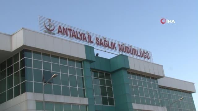 Antalya'da sağlık çalışanları aşı olmak istemeyen vatandaşları böyle ikna ediyor