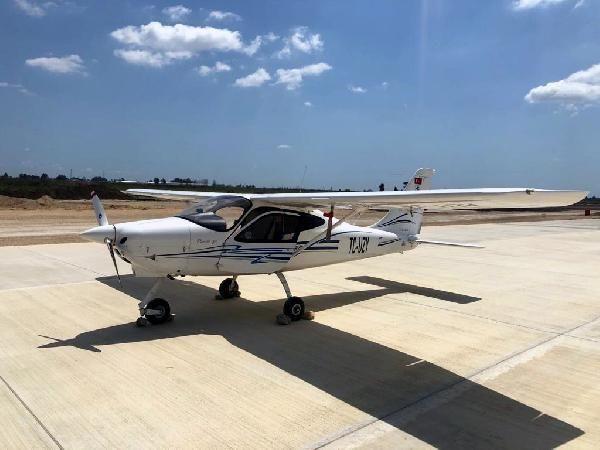 Eğitim uçağı, yapımı süren havalimanına acil iniş yaptı