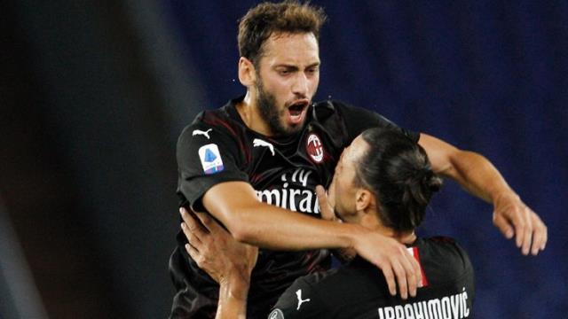 Hakan Çalhanoğlu'nun nefis golünü İbrahimovic ayakta alkışladı, İtalyanlar şu yorumu yaptı: Spor tarihinin en yetenekli Türk'ü