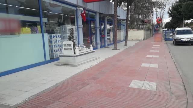 Önce dua, sonra alışveriş...Market önündeki türbe görenleri şaşkına çeviriyor