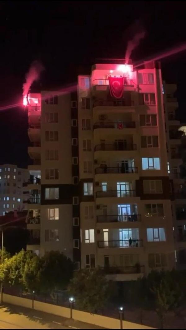 Antalya sokaklarında 23 Nisan coşkusu; balkonlardan izlediler (2)