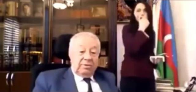 Azerbaycanlı eski milletvekili, sekreterinin kalçasına dokunurken kameraya yakalandı