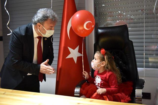 İzmir depreminin mucize bebeği Ayda, Bornova'da başkanlık koltuğuna oturdu