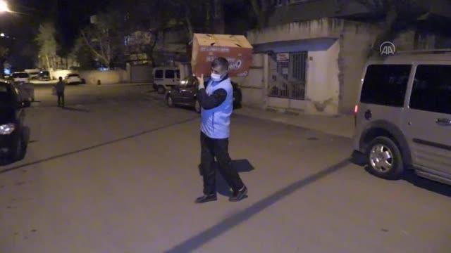 'İyilik elçisi' din görevlisi sahurda ihtiyaç sahiplerinin kapısını çalıyor