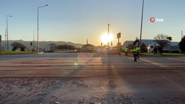 Tırla motosiklet çarpıştı: Binlerce tuğla yola savruldu