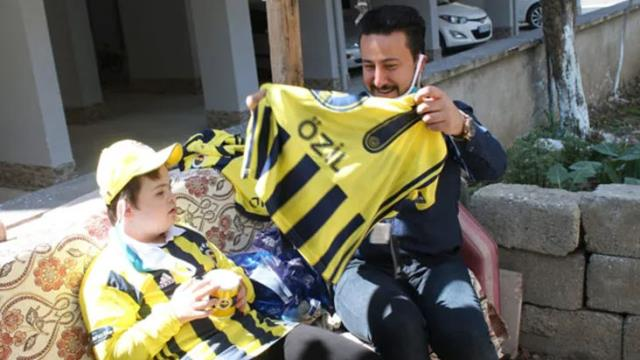 Mesut Özil sent his signature shirt and gifts to 10-year-old Efe with down syndrome, who lives in Amasya.