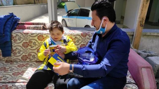 Mesut Özil, Amasya'da yaşayan 10 yaşındaki down sendromlu minik Efe'ye imzalı forma ve hediyeler gönderdi