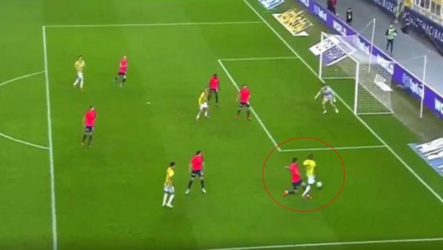 Fırat Aydınus showed the penalty spot without hesitation after the intervention against Valencia