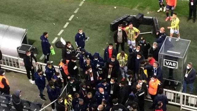 Tense moments in Kadıköy!  Emre Belözoğlu and Volkan Demirel had a friction with the opponent that made the corridors groan at the end of the match