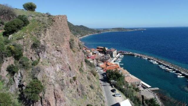 Kaya düşmesi tehlikesi nedeniyle her yerin kapatıldığı Assos Antik Limanı 500 günlüğüne hayalet şehre dönüştü