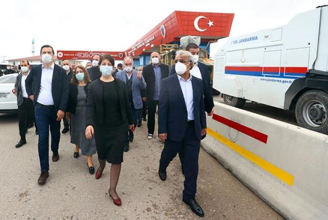 Kobani davası olaylı başladı! Avukatlar salonu terk etti, Selahattin Demirtaş '128 milyar dolar nerede?' yazılı kağıdı gösterdi