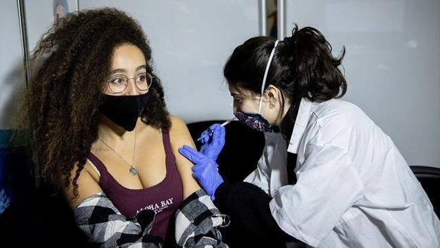 Korona korkusu bunu da yaptırdı! Bir ülke aşıya teşvik için gençlere 100 dolar dağıtmaya başladı