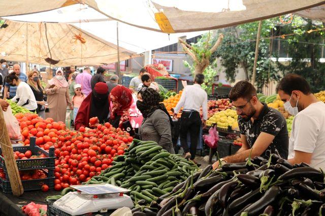 Kısıtlamaya saatler kala vatandaşlar pazara akın etti