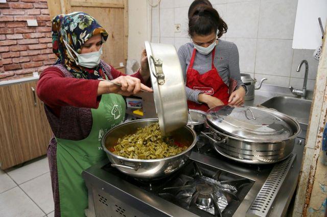 70 lokanta hayırseverlerin yardımıyla iftar yemeği hazırlıyor