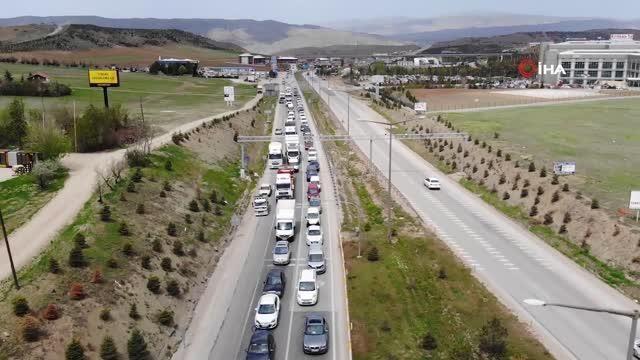Akın akın gidiyorlar: Tam kapanmaya saatler kala 43 ilin geçiş noktasında trafik yoğunluğu