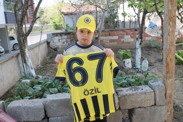 SPOR Mesut Özil'den down sendromlu Efe'ye imzalı forma