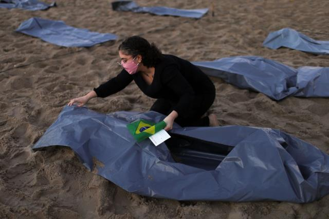 Brezilya'nın Copacabana plajında ceset torbaları sıralandı