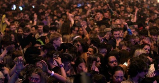 İngiltere'de maske ve sosyal mesafesiz 6 bin kişilik festival! Çılgınlar gibi eğlendiler
