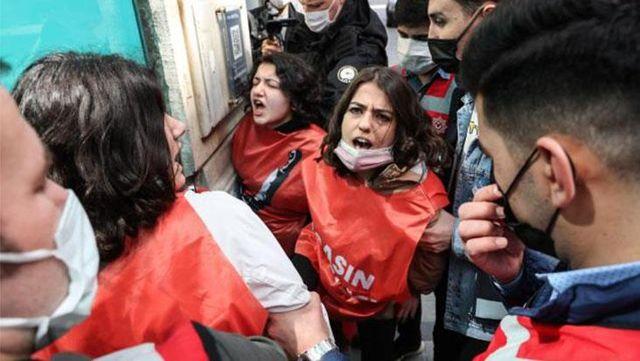 Tam kapanma tedbirlerine rağmen izinsiz yürüyüş yapmak isteyen grup gözaltına alındı