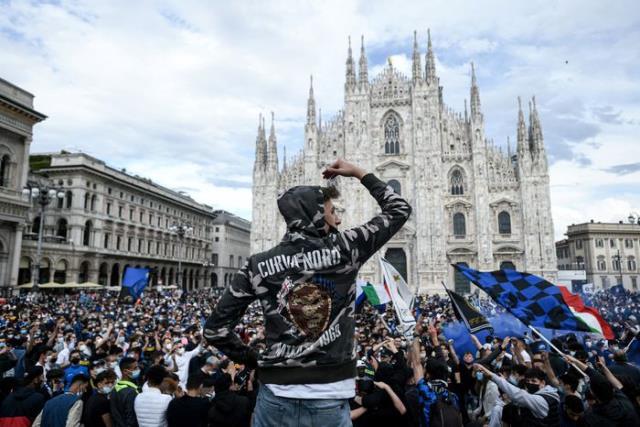 Inter taraftarları şampiyonluk sonrası koronavirüs kurallarını hiçe sayarak meydanlarda kutlama yaptı