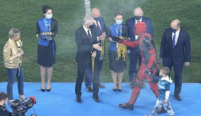 Şampiyon Zenit'in kupa seremonisine Artem Dzyuba, Deadpool kostümüyle katıldı