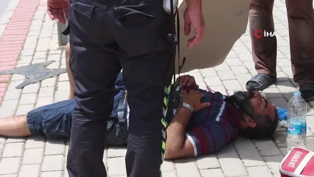 Kaza yapan sürücüyü kavurucu sıcaktan kartonla korudular