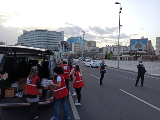 Kızılay'dan uygulamadaki polislere yemek ikramı