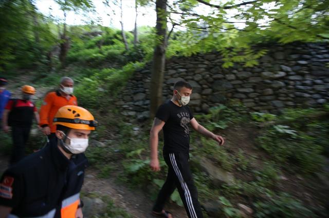 Tam kapanma tedbirlerini ihlal eden genç polisten kaçmak için sığındığı kayalıkta mahsur kaldı