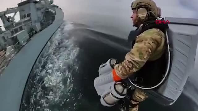 Çanta gibi takılıyor, havada seyahat etmeyi mümkün kılıyor, İngiliz Donanması'ndan 'sırt roketli' tatbikat