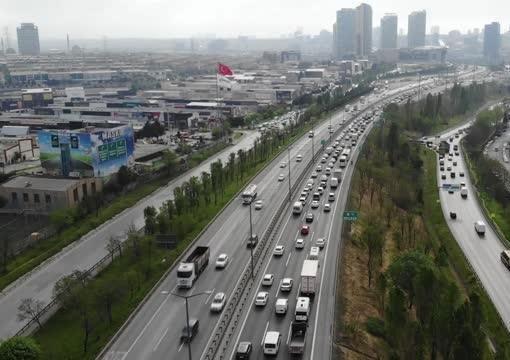 İstanbul'da tam kapanmaya rağmen trafik yoğunluğu!