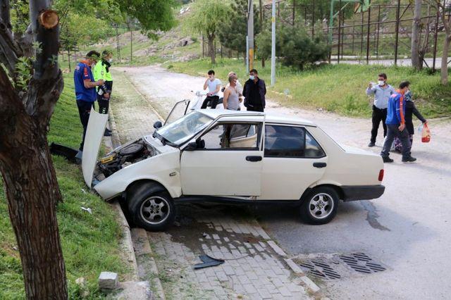 Otomobil çocuk parkının duvarına çarptı: 3 yaralı