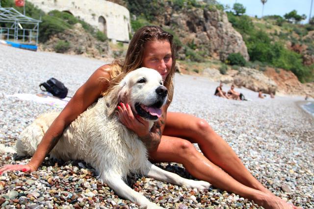 Antalya sahilleri onlara kaldı! Rus turist, köpeğini de 9 kilometre uçak yolculuyla tatile getirdi