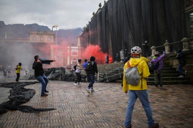 Kolombiya'dan gelen videolar kan dondurdu! Evlere kilitledikleri insanları yakıyorlar