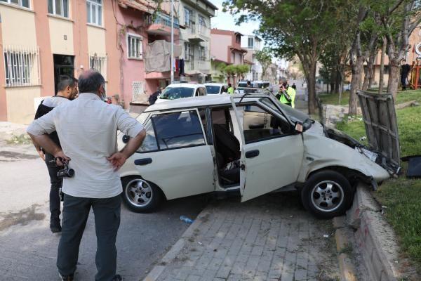 Son dakika... Otomobil, çocuk parkında beton bordüre çarptı; 3 kişi yaralandı