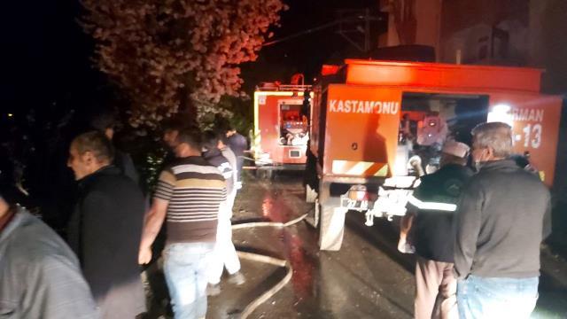 Yıldırım düşmesi sonucu 6 kardeşe ait 6 ev yandı