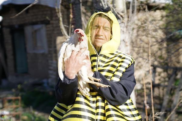 Her yaptığı olay! Ünlü türkücü şimdi de arı kostümü giydikten sonra çifte koşulup tarla sürdü