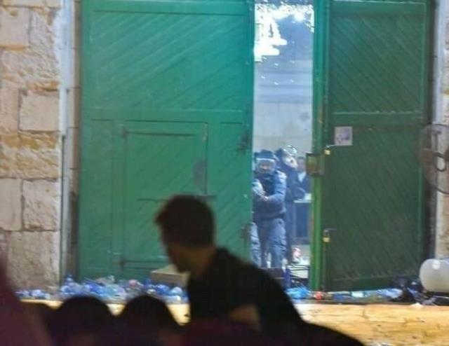İsrail polisi Mescid-i Aksa'ya girerek cemaate saldırdı