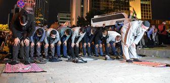 Medya: İsrail'in İstanbul Başkonsolosluğu önünde bir grup, Mescid-i Aksa saldırısını protesto ederek namaz kıldı