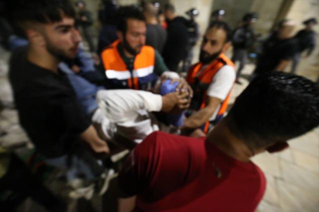 İsrail polisi Mescid-i Aksa'ya girerek cemaate saldırdı: 163 yaralı