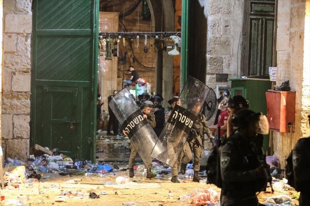 İsrail polisinden Mescid-i Aksa'da namaz kılan cemaate saldırı! İşte 205 kişinin yaralandığı saldırı anı