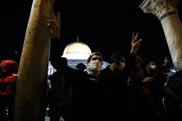 Mescid-i Aksa'da namaz kılan cemaate saldırı! İsrail polisine Türkiye'den tepkiler peş peşe geldi
