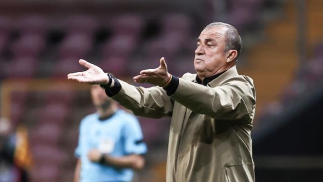 Penaltı kararıyla çılgına dönen Fatih Terim, üstündeki ceketi kulübeye fırlattı