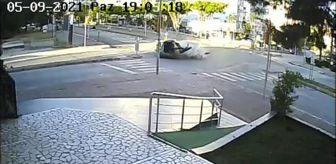 İtfaiye: Son dakika haber... ANTALYA'DA İKİ OTOMOBİLİN ÇARPIŞTIĞI KAZA KAMERADA; 4 YARALI