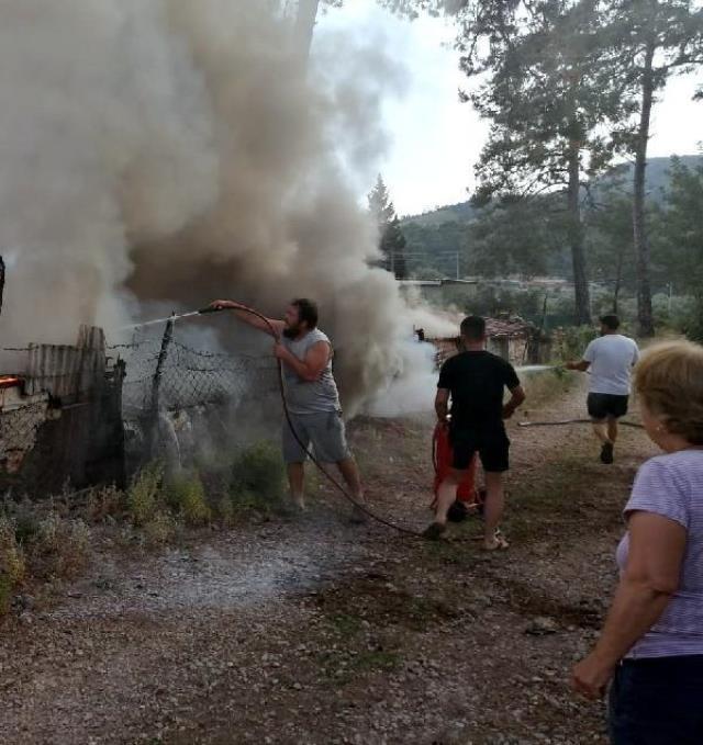 Buzdolabı bomba gibi patladı! Alevlere teslim olan ev, vatandaşların yoğun çabasına rağmen küle döndü