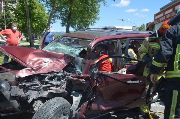 Otomobil, kontrol noktasında 2 araca çarptı: 6 yaralı