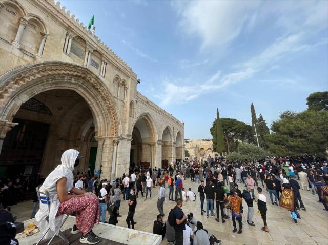 Filistinliler, fanatik Yahudilerin baskınını önlemek için Mescid-i Aksa'da nöbet tutuyor