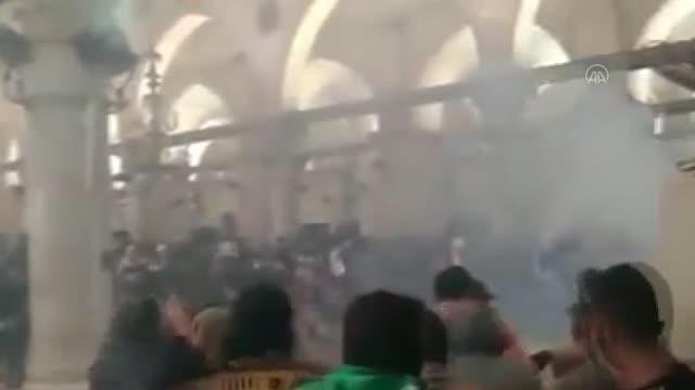 İsrail polisi Mescid-i Aksa'nın içindeki Filistinlilere plastik mermilerle saldırdı