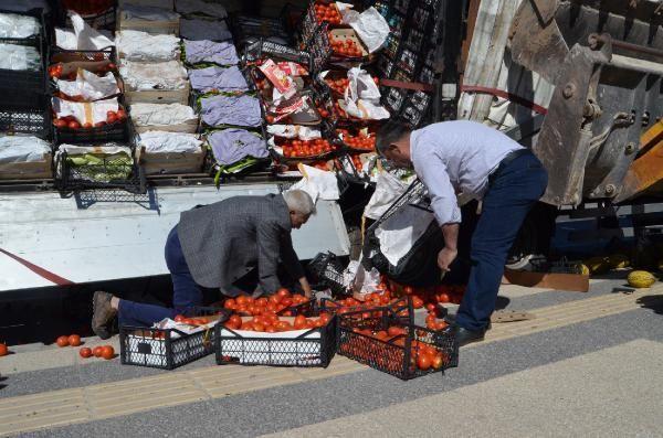 TIR'daki sebze ve meyvelerin dökülmemesi için 'iş makinesi' desteği