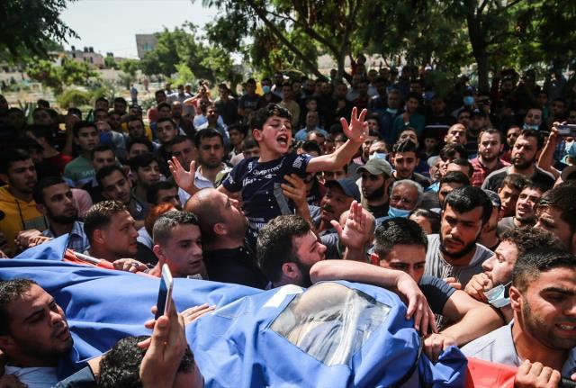 Filistinli küçük çocuğun şehit olan babasına vedası yürekleri dağladı